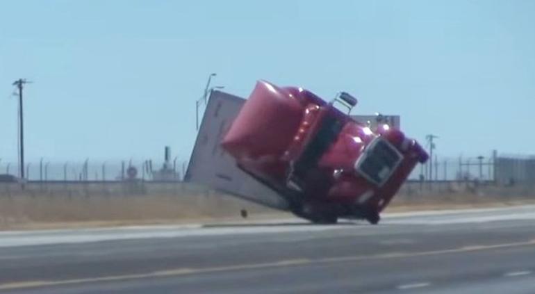 Aterradores vientos: Así volcaron ¡tráiler! en Texas