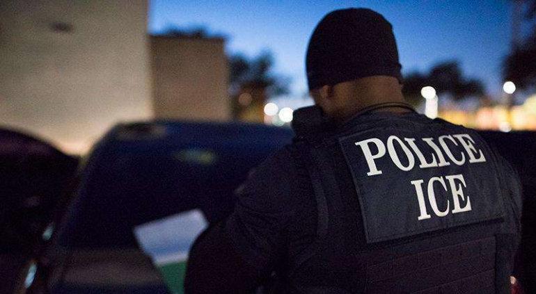 Agentes de ICE detienen a 280 migrantes en empresa en Texas