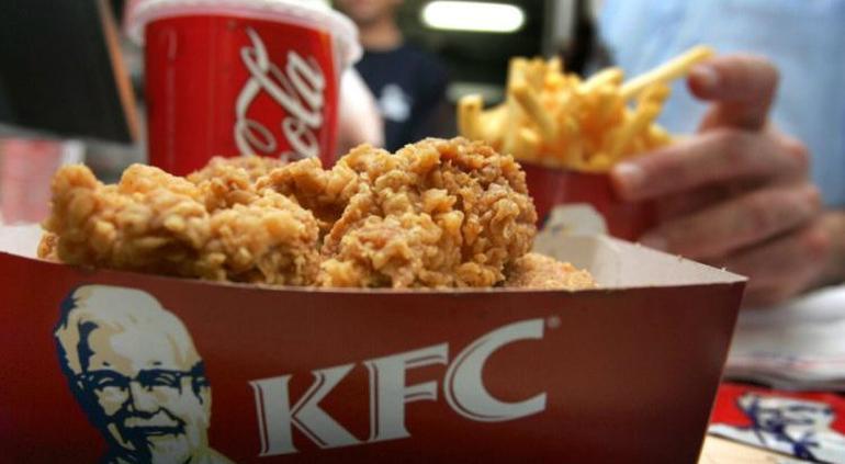 Mamá quema a sus hijos con plancha por comerse su KFC