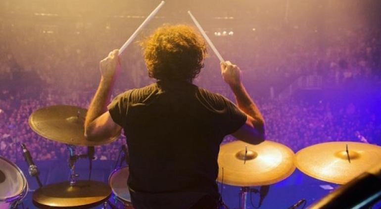 Vídeo: Baterista sufre derrame cerebral en concierto en vivo