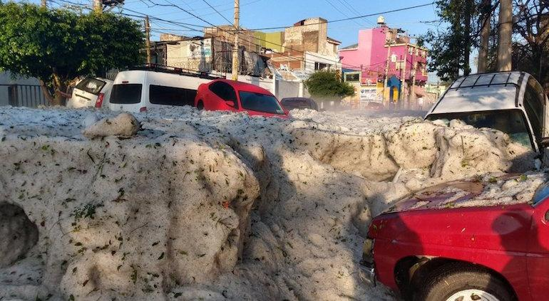 Fuerte granizada en Guadalajara; alcanza altura de metro y medio