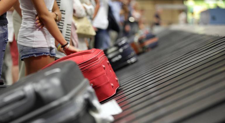 Sube a cinta del equipaje pensando que la llevaría al avión