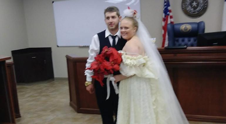 Novios salían de su boda y mueren en choque