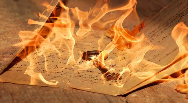 Mujer quema las cartas de exnovio y provoca un incendio en apartamento