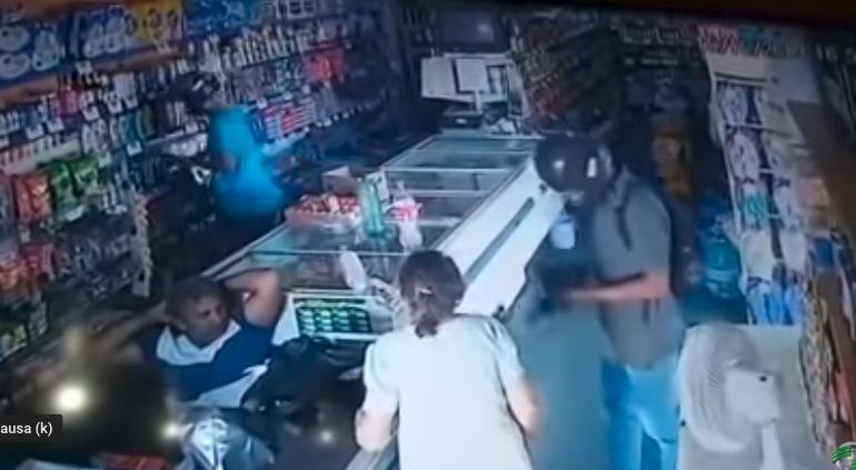 Ladrón besa a anciana mientras su 'compa' se roba la tienda