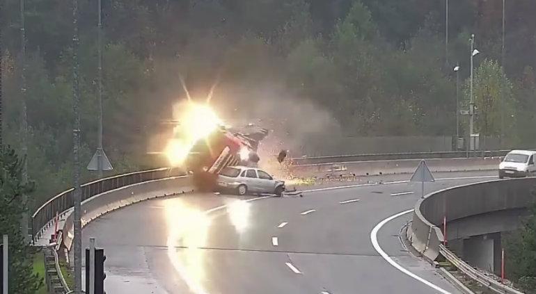 ¡Espeluznante accidente! Conductor perdió el control y chocó contra un camión