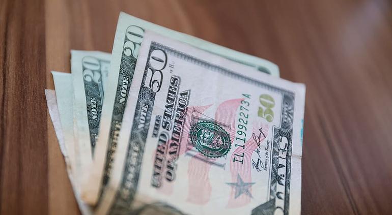 Peso tiene su mejor avance frente al dólar en 15 meses