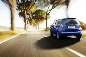 Relacionada foto-de-auto-toyota-verso-s-2012-azul-en-velocidad-paisaje.jpg