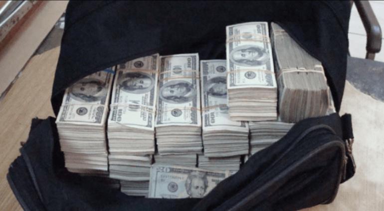 Familia devuelve millón de dólares que encontró en la calle