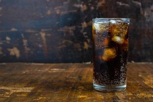 Relacionada bebida-cola-refrescos-negros-vaso-sobre-mesa_51137-1229.jpg