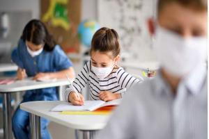 Relacionada children-with-face-mask-back-at-school-after-covid19-quarantine-and-picture-id1250037717__1_.jpg