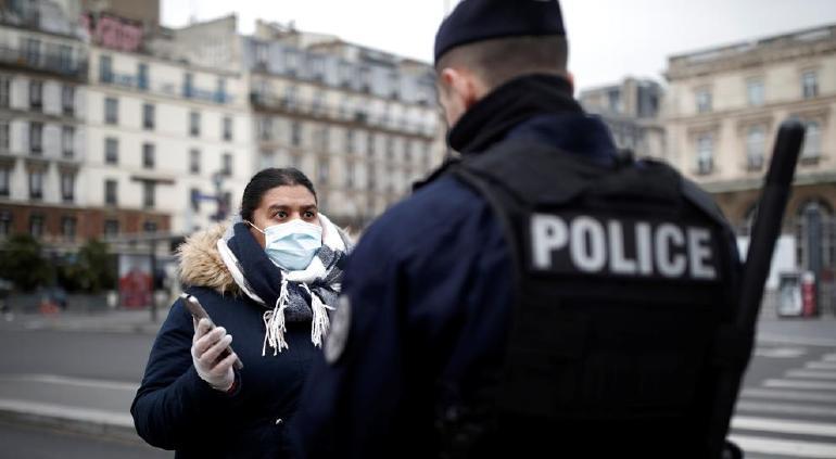 Francia vuelve al confinamiento estricto por un mes
