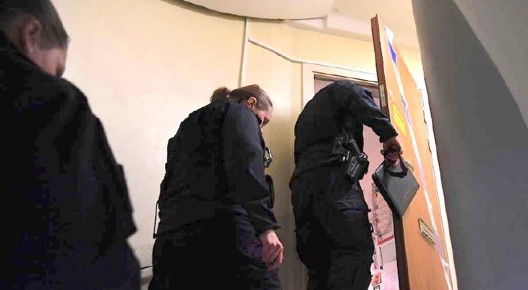Policía rescata a hombre encerrado por 28 años; cae su madre