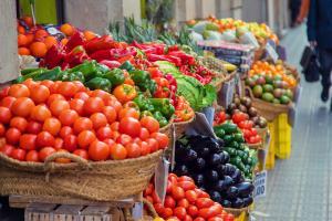 Relacionada puestos-mercado-verduras-frutas-enfoque-selectivo_73944-11269.jpg