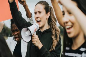 Relacionada grupo-mujeres-activistas-protestando_53876-83047.jpg