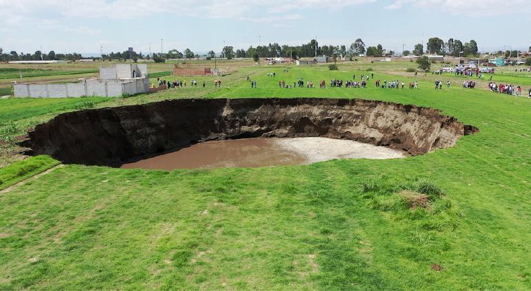 Se derrumba casa que se encontraba junto a socavón en Puebla